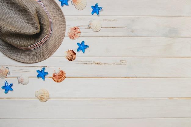 帽子と貝殻のある夏のコンポジション
