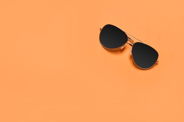 복사 공간 여름 개념 여름 휴가와 오렌지 배경에 여름 개념 이미지 선글라스