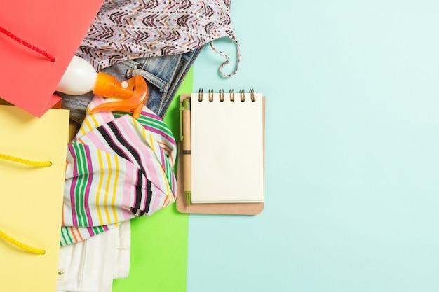 여름 옷의 전체 다채로운 쇼핑 가방 개념.
