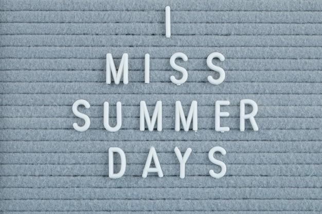 灰色の表面に夏のコンセプトの引用