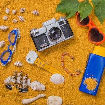 カメラとサンクリームの夏のコンセプト