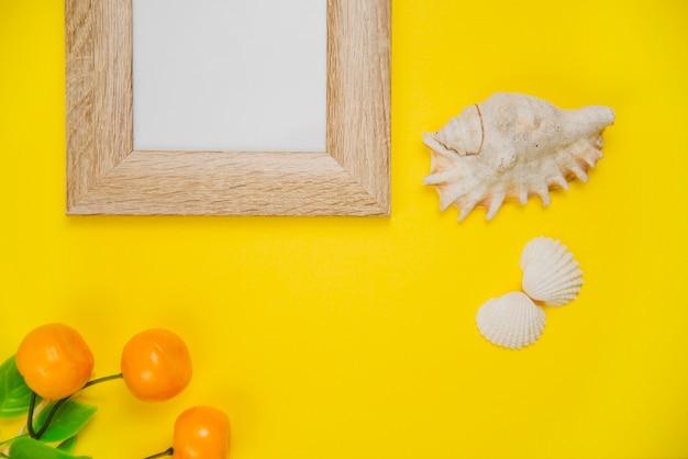 Летняя концепция с рамкой и моллюсками Бесплатные Фотографии