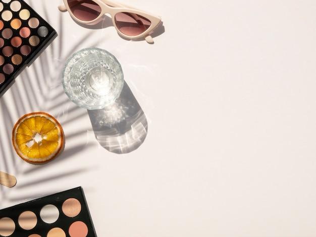 夏の化粧品のコンセプトです。フラット横たわっていた、ヤシの葉の影とコピースペースのトップビュー
