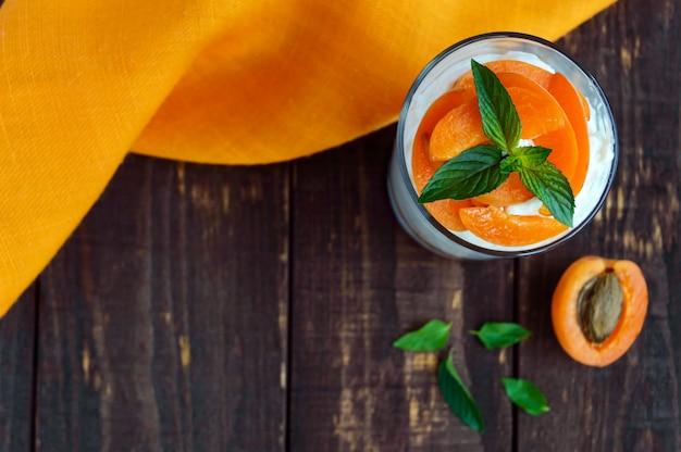 Летний творожный десерт со свежими абрикосами. вид сверху