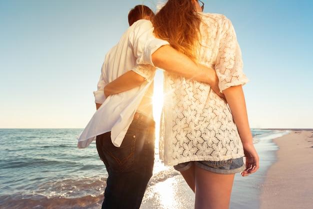 ビーチでの夏のカップル