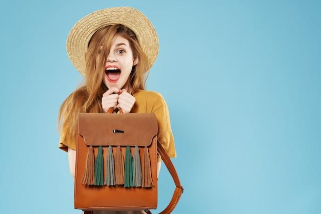 帽子ライフスタイルスタジオで夏のかわいいファッショナブルな女性