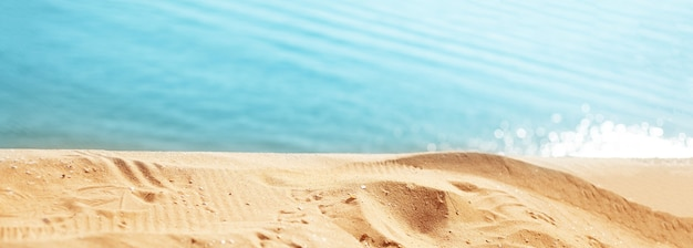 夏の日。青い海を背景にビーチのクローズアップ。パノラマバナー。
