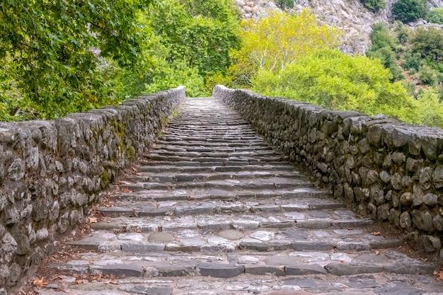 오래 된 공원에서 여름 날. 석재 난간이있는 고대 계단