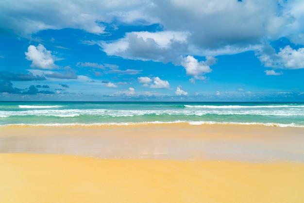 여름날 푸켓 해변 바다 모래와 하늘 여름날 해변 바다의 풍경보기