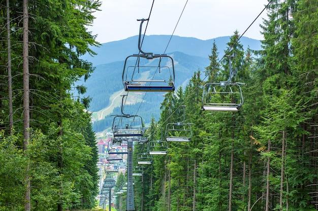 산에서 스키 엘리베이터의 여름 일보기입니다.