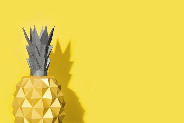 노란색과 궁극적 인 회색을 비추는 종이에서 파인애플 모양의 여름 디자인 배경