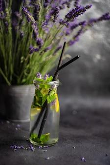 ラベンダー、レモン、ミントの夏デトックスレモネード