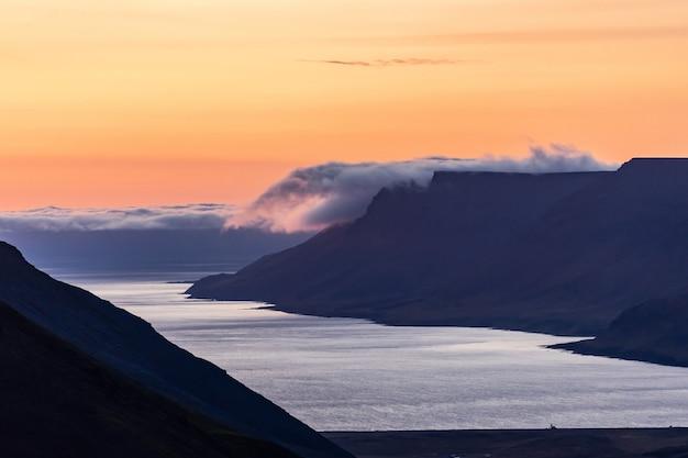 Летний драматический закат в западных фьордах исландии.