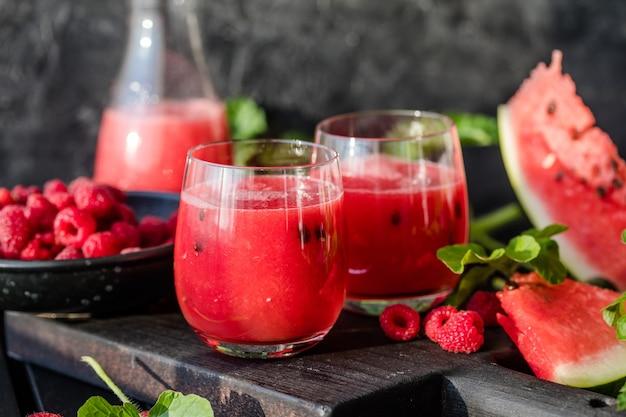 夏の飲み物木の板にライムとミントの冷たいスイカジュース