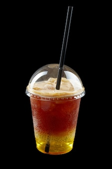 黒い背景で隔離のプラスチックカップで夏の飲み物新鮮なレモネード
