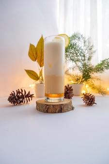 Летний напиток. холодный напиток с медом и лимонным молоком. идеи минималистской концепции летних напитков