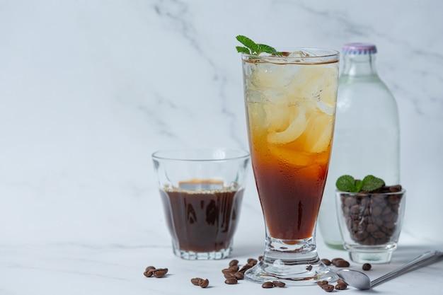 흰색 표면에 유리에 여름 음료 아이스 커피 또는 소다.