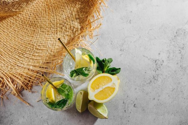 Летние напитки со свежими цитрусовыми и льдом.
