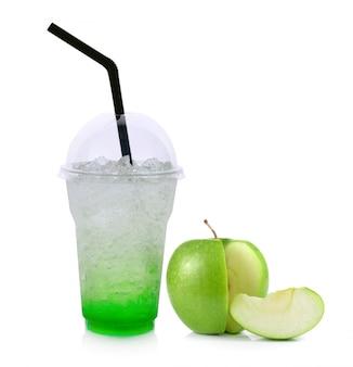 고립 된 녹색 사과와 여름 음료