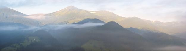夏の早朝の山と雲のパノラマビュー。セブンショットステッチ画像。