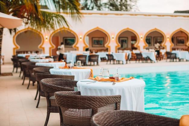 Летний пустой ресторан под открытым небом в экзотическом отеле