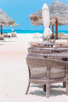 Летний пустой роскошный ресторан под открытым небом в экзотическом отеле