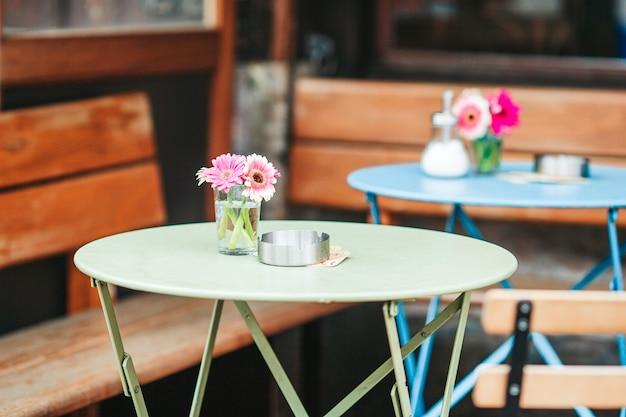 유럽의 여름 빈 야외 레스토랑