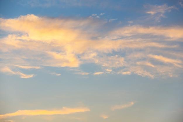 구름 배경이 있는 노란색 주황색과 분홍색의 여름 저녁 일몰