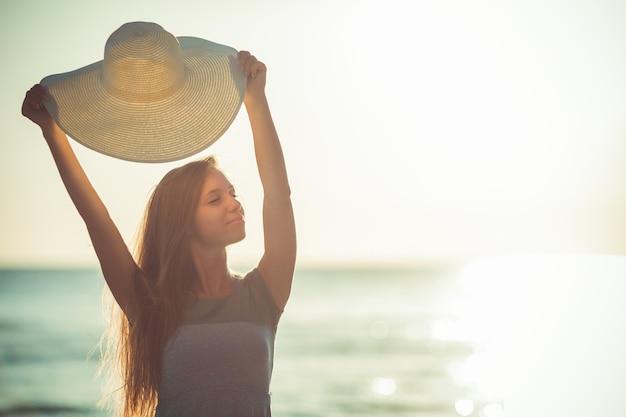 夏のエキゾチックな休暇モルディブの休日の背景幸せな若いかわいい白人の女の子