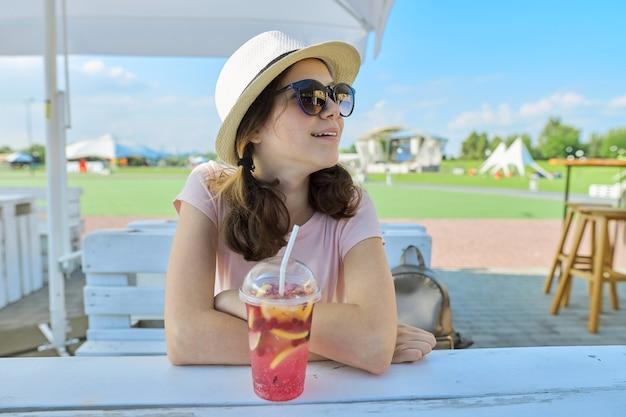サングラスの帽子をかぶった10代の女性の夏のファッションの肖像画