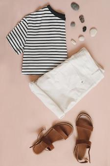 Летняя плоская планировка модной женской одежды на бежевом фоне, вид сверху, отпуск на море, концепция