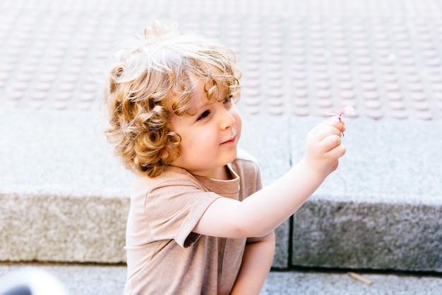 夏に子供たちと一緒に海外の子供コンセプトプランで開催されている夏の花