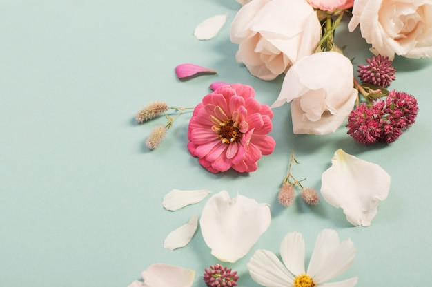 Летние цветы на фоне зеленой бумаги