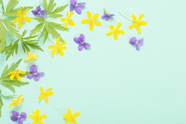 녹색 종이 표면에 여름 꽃