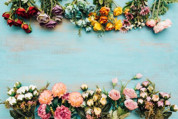 Летние цветы с копией пространства посередине.