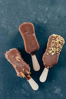 夏の食べ物の背景。チョコレート艶出しのエスキモーアイスクリーム。おいしい甘い食べ物の軽食の御馳走。 Premium写真