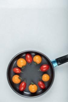 夏の食べ物。鍋の中のカラフルなトマト。高品質の写真