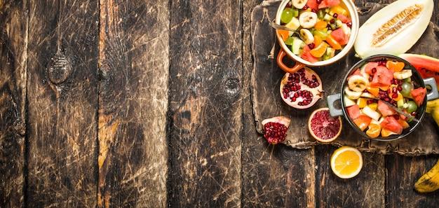 Летняя еда салат из тропических фруктов на деревянных фоне