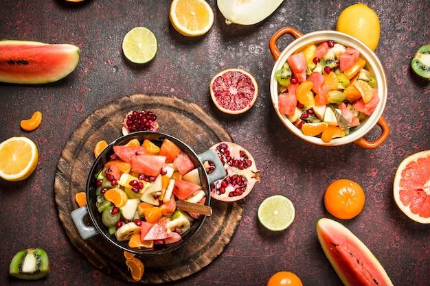 Летняя еда тропический салат из экзотических фруктов на деревенском фоне