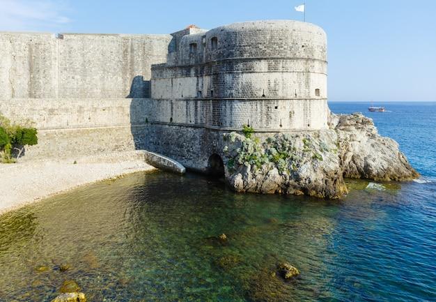 夏の要塞の眺め、アドリア海の岩と澄んだ水に浮かぶロブリイェナッツ要塞(クロアチア、ドゥブロヴニクの町)