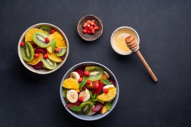 カラフルなフルーツサラダと夏のフレッシュボウル