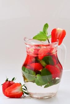 Летняя вода со вкусом клубники и мяты со вкусом свежих фруктов место для тестирования или дизайна