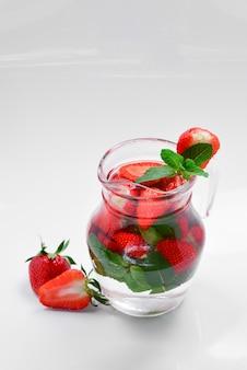 Летний ароматизатор свежих фруктов, настоянный на воде клубники и мяты. место для теста или дизайна.