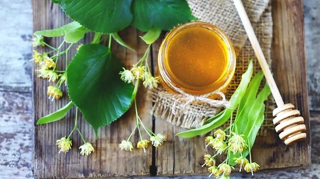 夏の新鮮な蜂蜜。