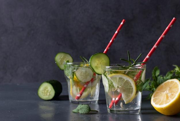 Летний свежий коктейль мохито с мятой, лимоном и огурцом на сером фоне. место для текста