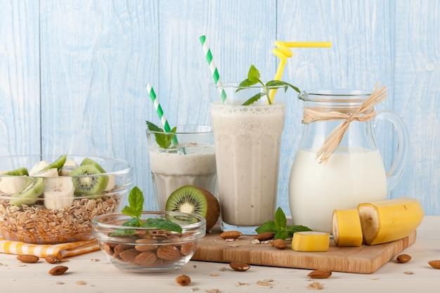 Летний фруктовый смузи с ингредиентами на деревянных фоне