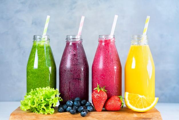 Летние фруктовые смузи в банках с ингредиентами