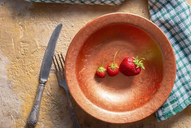 여름 과일 딸기, 시금치 호두 샐러드, 페타 치즈 발사믹 식초, 케일. 접시에. 개념 건강 식품