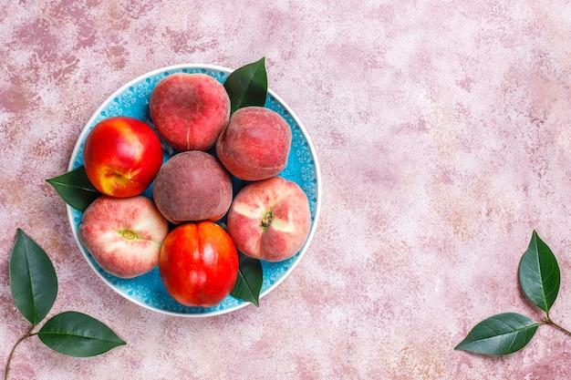 Летние фрукты: инжир персики, нектарин и персики, вид сверху