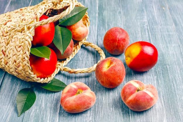 夏の果物:イチジクの桃、ネクタリンと桃、上面図